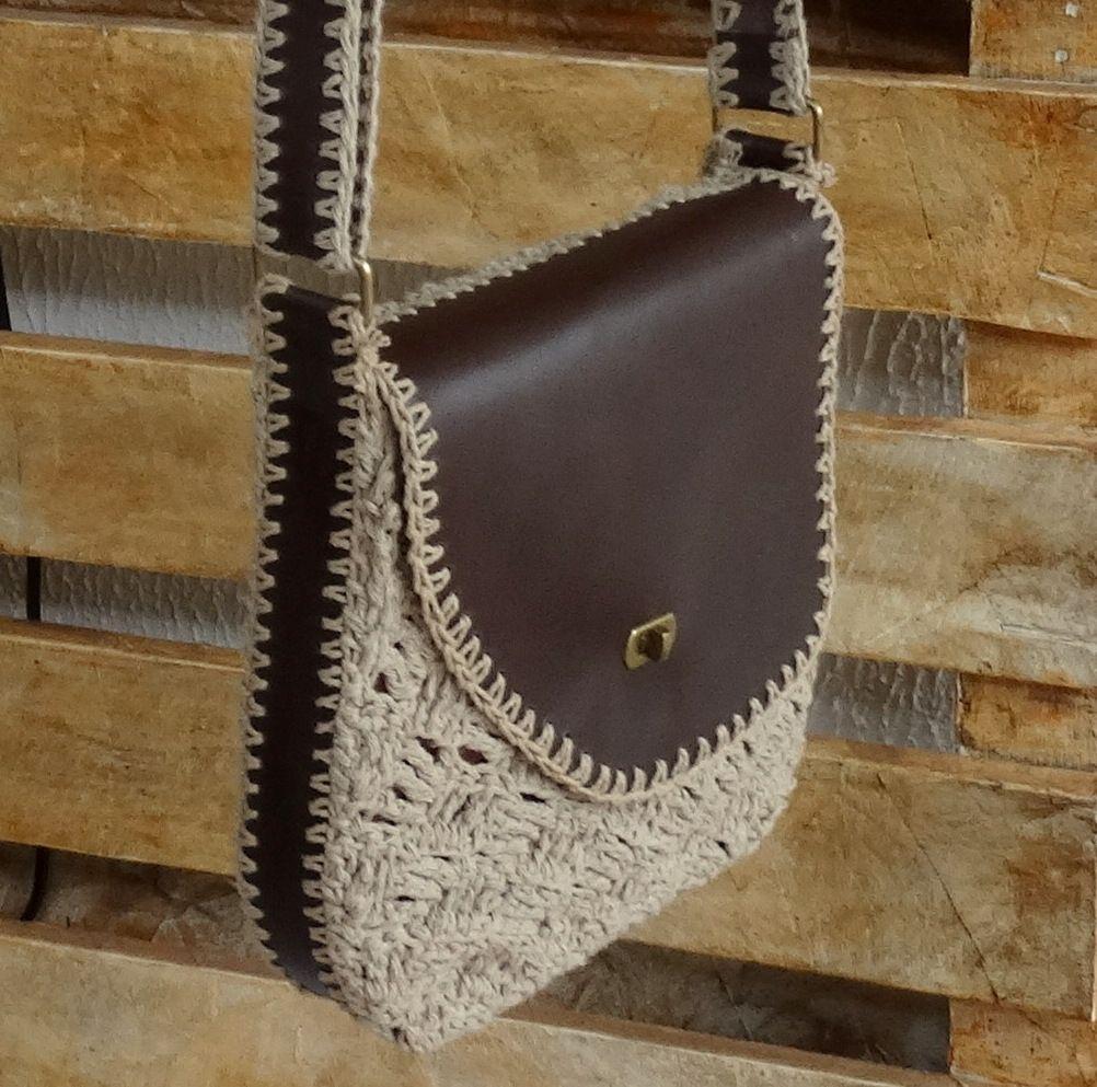 50f8b5f34 Bolsa em couro legítimo e crochê feita com carinho, com todo processo  executado minuciosamente à mão. Modelo exclusivo criada no Ateliê.