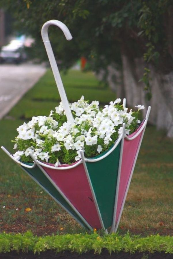 Eye-catching DIY garden decorations with old umbrellas