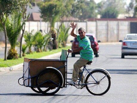 Entrega de pan en el triciclo