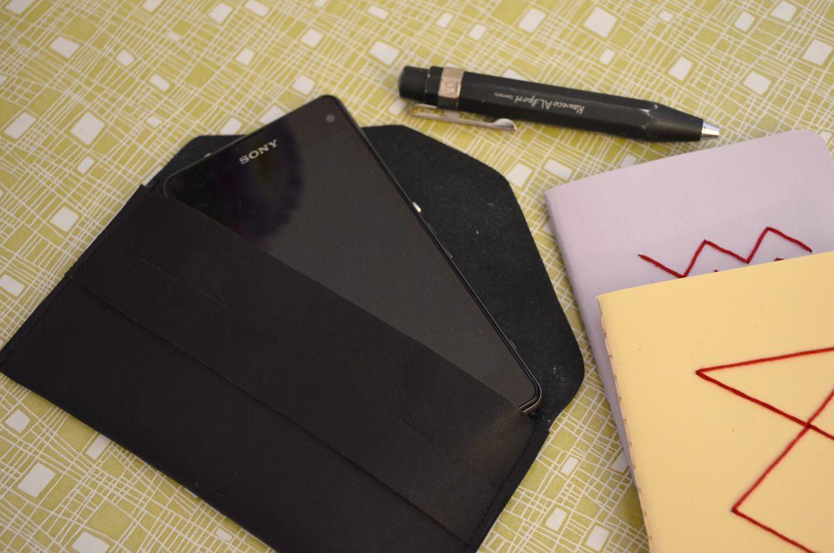Handyhülle aus Leder selbst gemacht. Die Vorlage findet ihr auf monochrome #DIY #leather #monochromeDIY