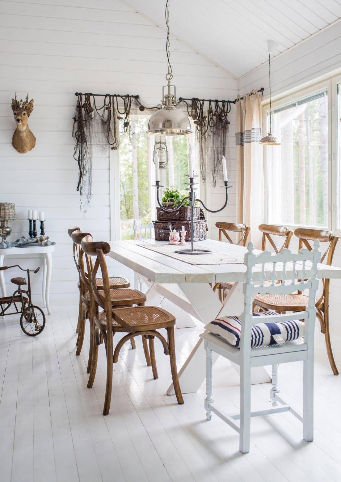 Merellisen rantatalon tyyli on helppo toteuttaa omassakin kodissa. Olisitko keksinyt ripustaa vanhan kalaverkon verhoksi? Katso myös muut ideat!