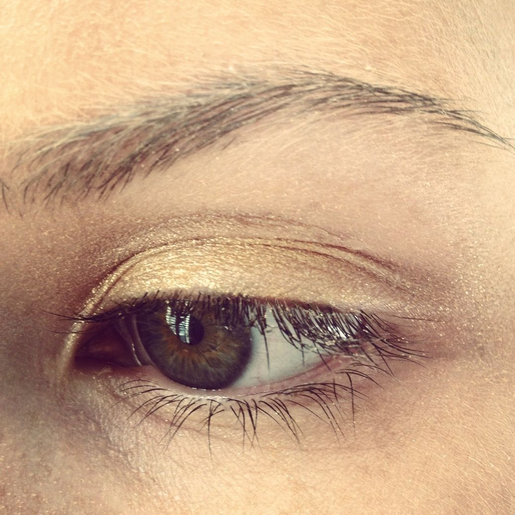 Musq model with Bright Gold eyeshadow