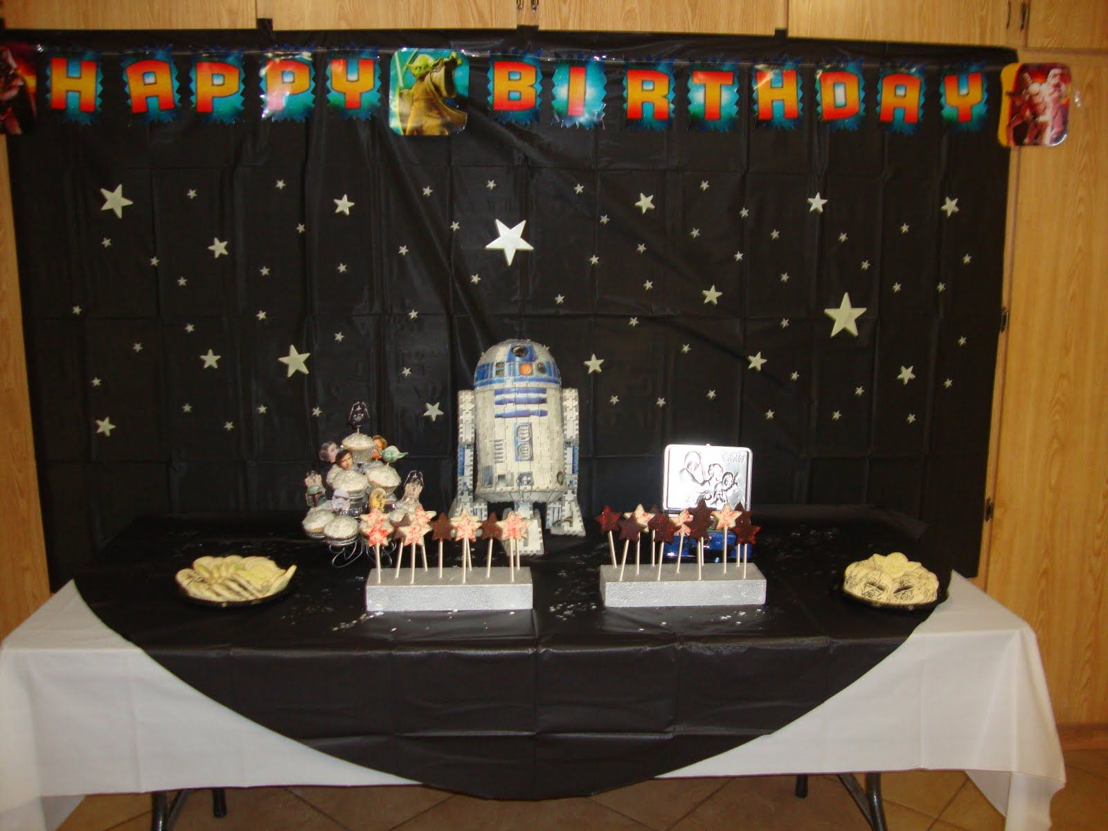 i like the black background with silver stars as a backdrop for pictures very cute party table centerpiecesparty - Star Wars Party Decorations