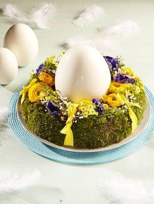 Opulente Tischfloristik fürs Osterfest: Umkränztes Osterei in XXL