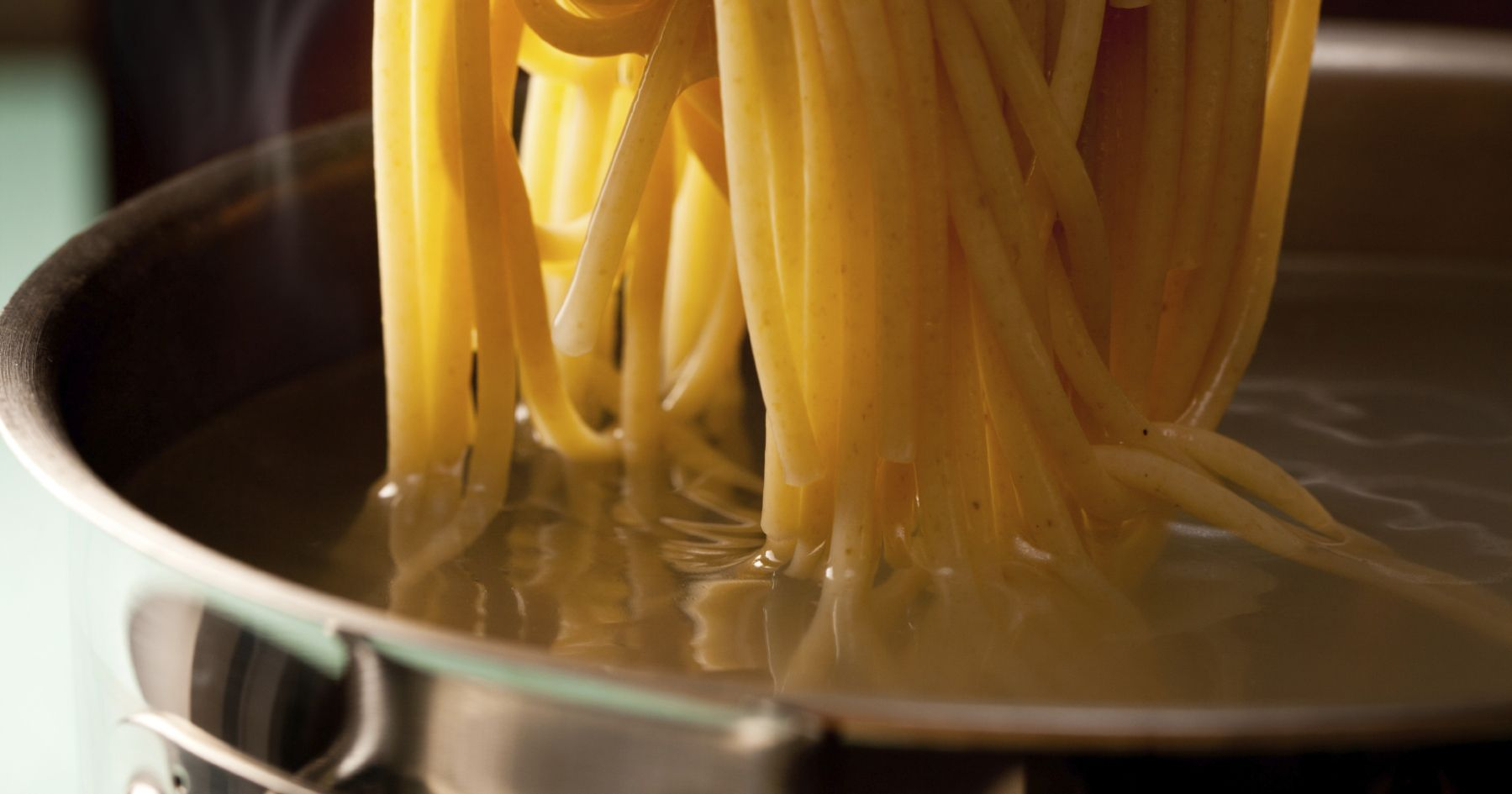 Näitä pikapastakastikkeita ei tarvitse edes keitellä! Keitä kattilallinen pastaa ja sekoita sitten kypsän pastan joukkoon hienoksi silputut makuaineet.