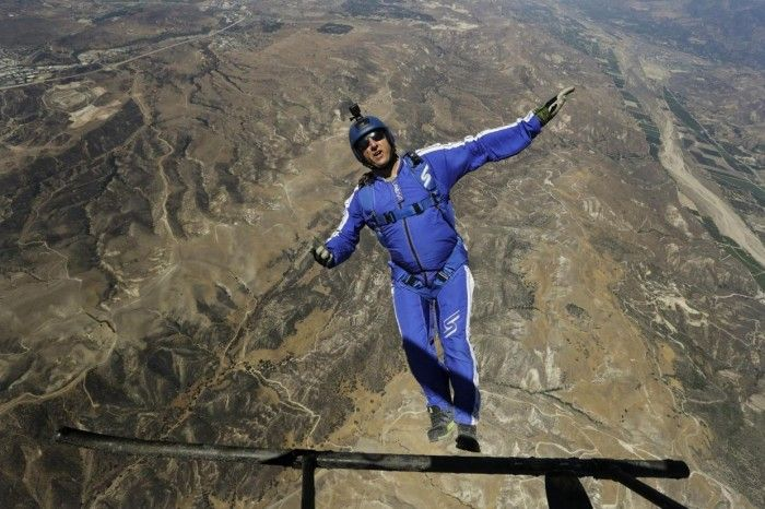 Luke Aikins First Skydiver To Jump From 25 000 Feet Without A Parachute Luke Parachute Stunts