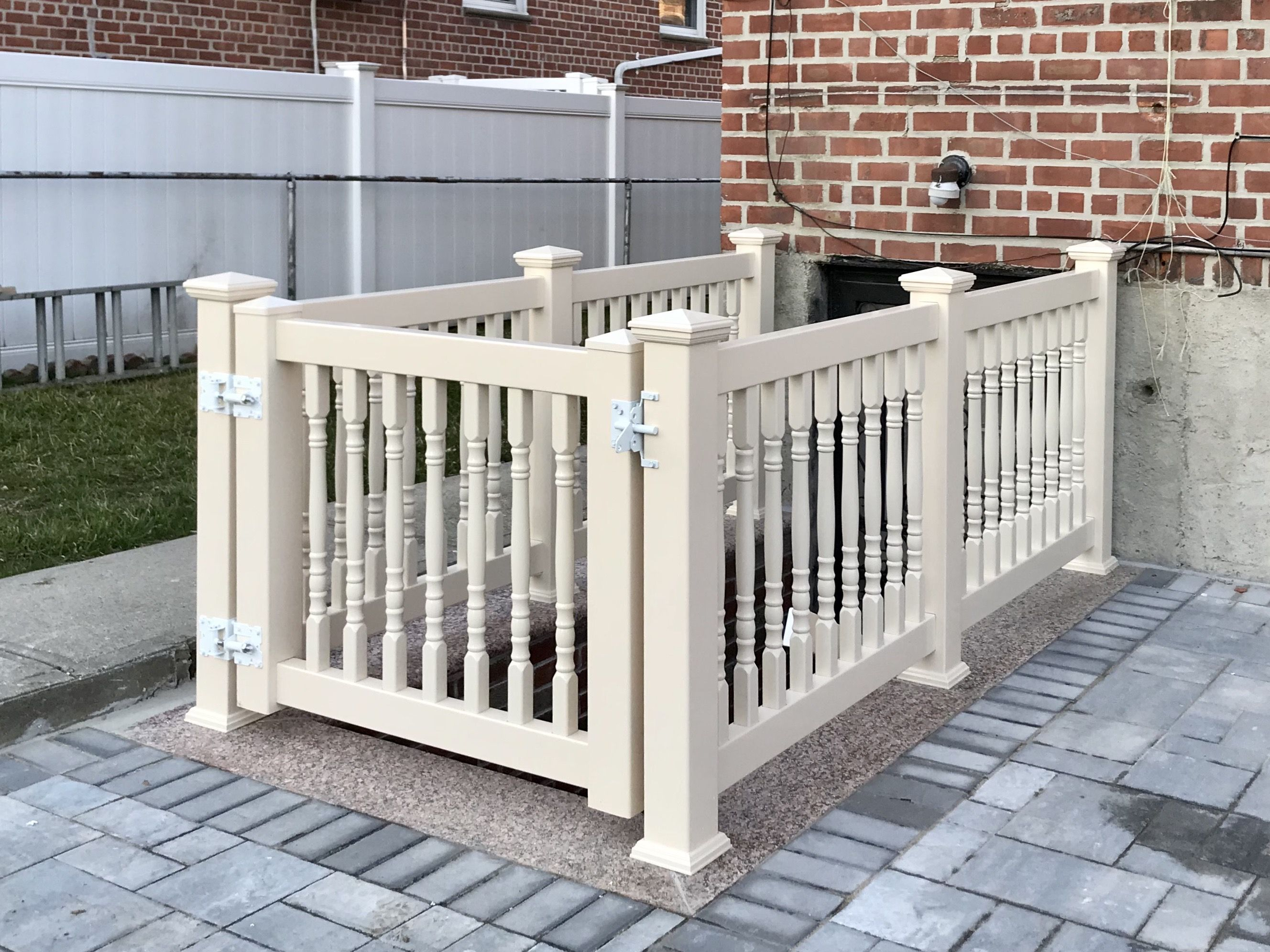 3 High Tan Pvc Baluster Rails With Gate In Middle Village Ny White Stainless Steel Hardware Fabricated And Installed By Libert In 2020 Pvc Railing Wood Railing Pvc