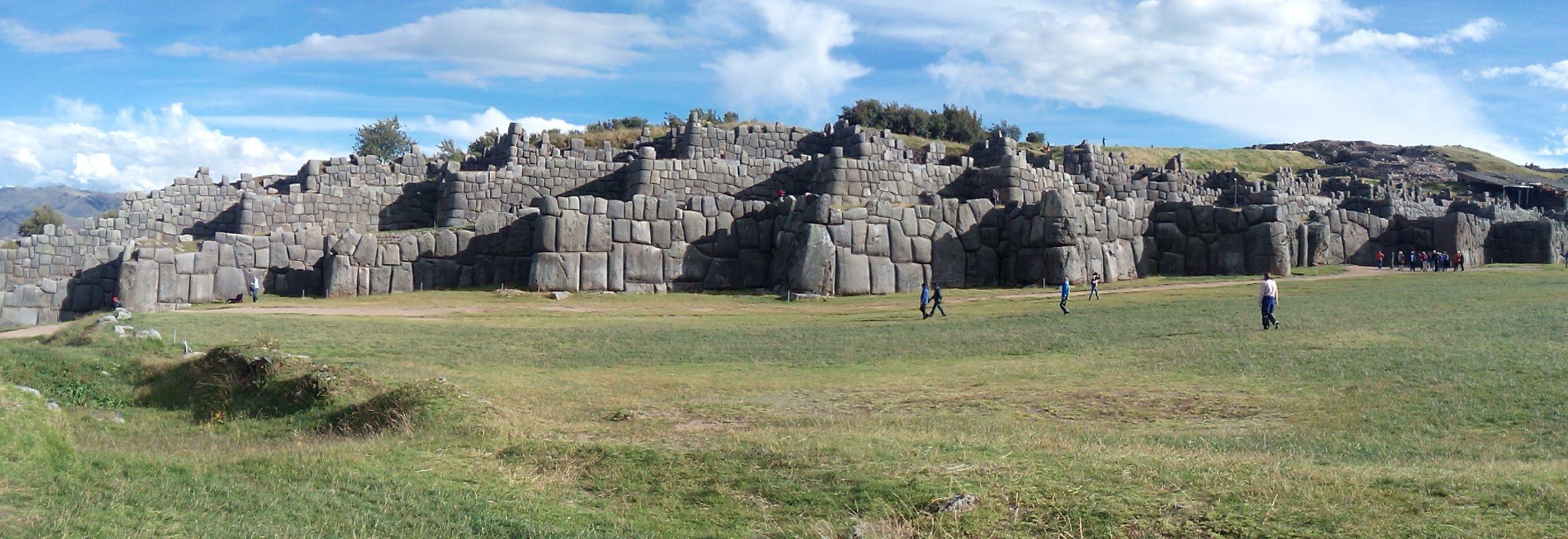"""Sacsayhuamán (en quechua Saqsaywaman, de saqsay, lugar de saciarse, y waman, halcón, es decir, """"Lugar donde se sacia el halcón"""") es una """"fortaleza ceremonial"""" inca ubicada dos kilómetros al norte de la ciudad del Cuzco. Se comenzó a construir durante el gobierno de Pachacútec, en el siglo XV; sin embargo, fue Huayna Cápac quien le dio el toque final en el siglo XVI."""