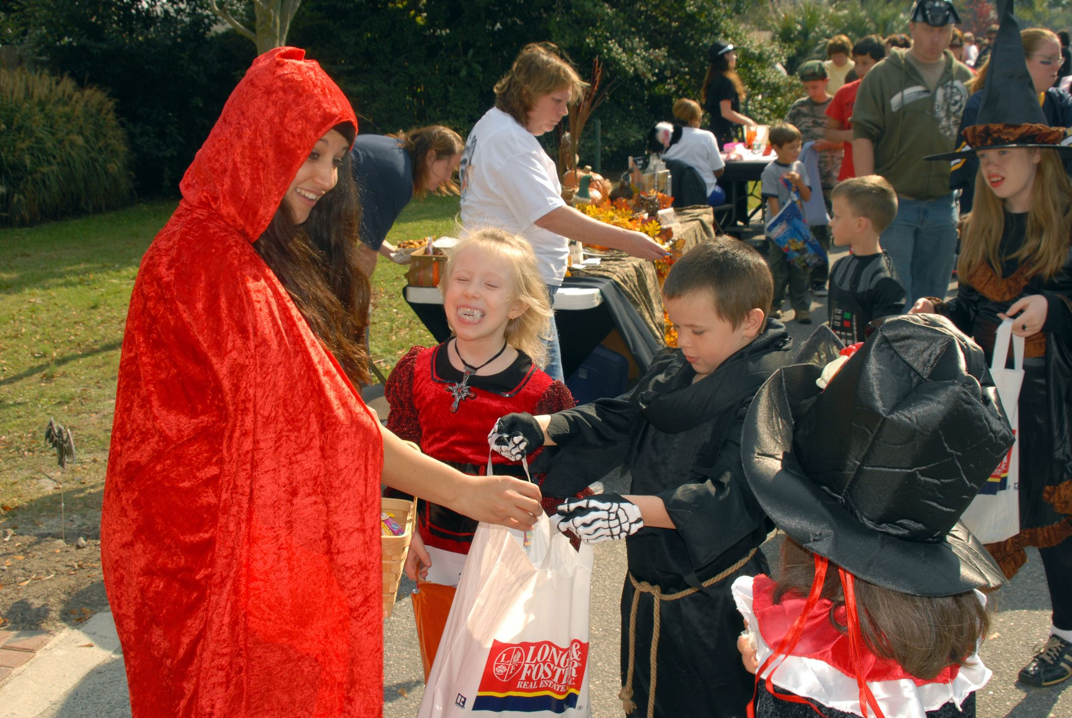 Trick or Treat!  It's that time of year again and we all know how much kids and adults love candy! Make sure you and the kids eat a healthy meal before heading out to collect candy! #Halloween