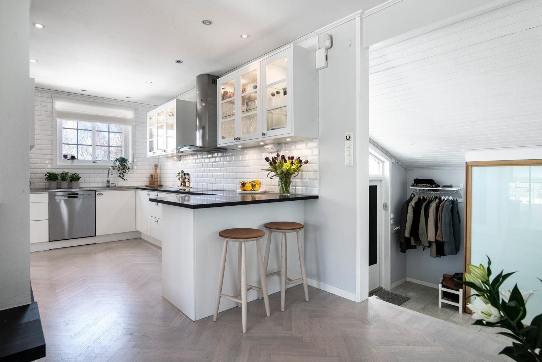 Kök stenskiva kök : Kök i vinkel med pÃ¥kostad fin bänkskiva i granit | Ballingslöv ...
