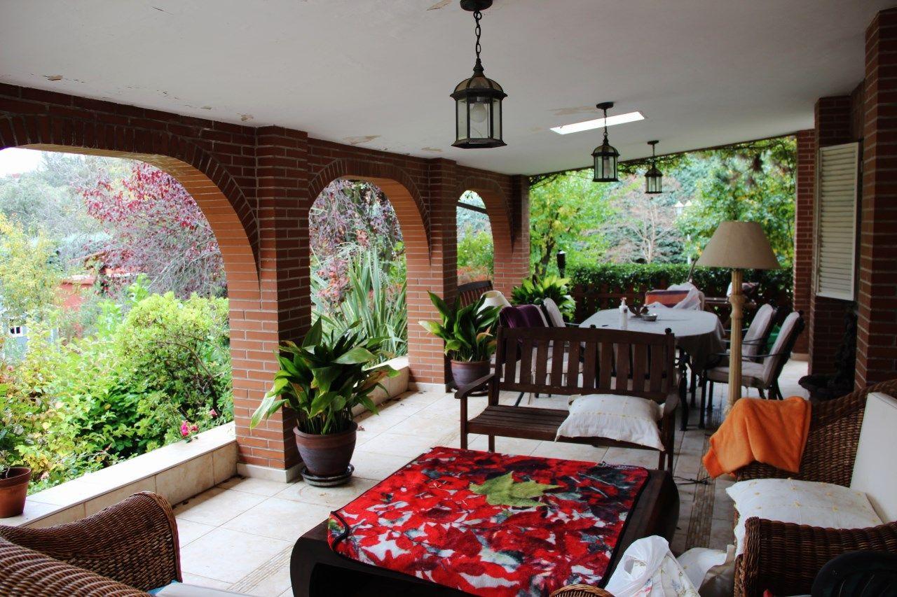 Porche con vistas impresionanates al jardín.  Chalet en Urbanizacion en Venta en Molino de la Hoz, Rozas de Madrid, Las, Madrid #casa #terraza