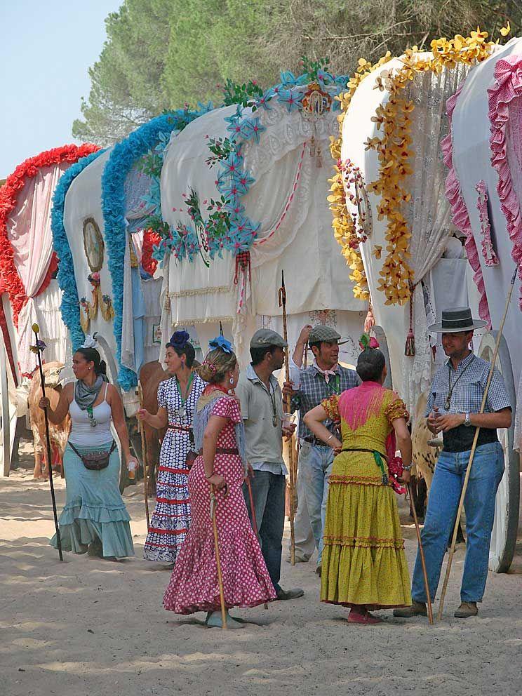 Hermandad Del Rocío De Triana Por La Raya Real Camino Del Rocio Feria De Sevilla Trajes De Flamenco