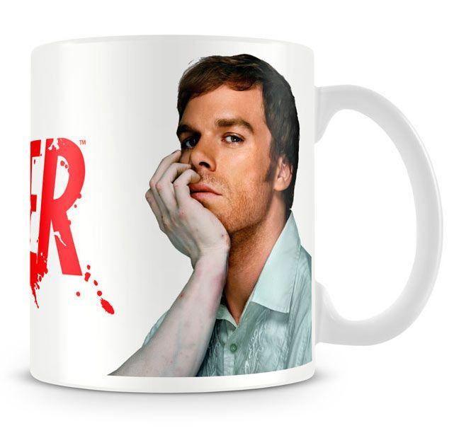 Taza cara Dexter Estupenda taza de recuerdo que encantará a los fans de la serie de TV Dexter, con capacidad para 330 ml, fabricada en material de cerámica y 100% oficial y licenciada. Ideal para regalar.