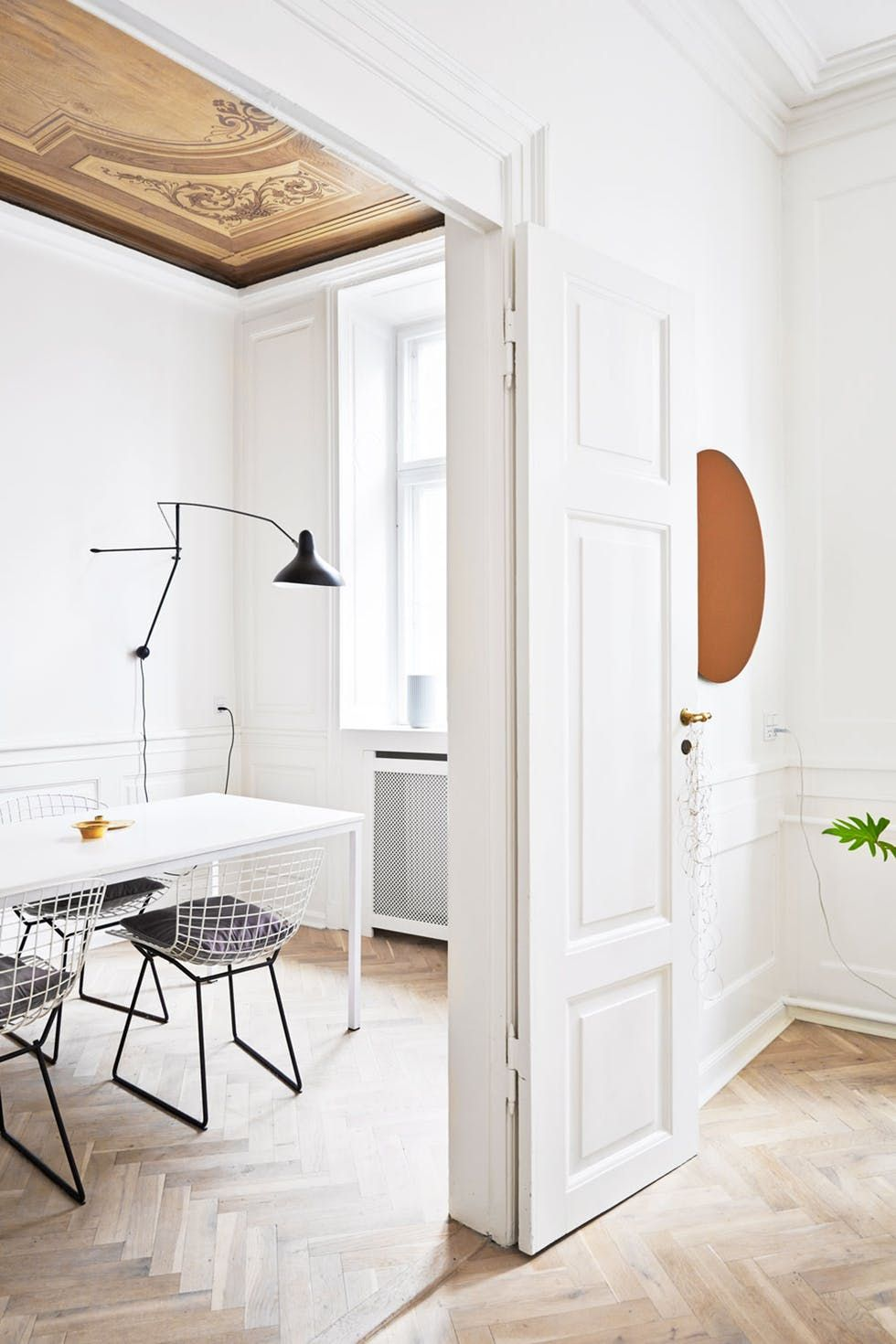 Esszimmer Altbau einrichten Bertoia Stühle Leuchte DCW schwarz Holz Parkett modern skandinavisch monochrom einrichten dekorieren Interior Design