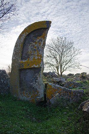 Tomba di Giganti Perda Longa 'e Figu - Borore  Particolare della stele spezzata alta quasi 4 metri