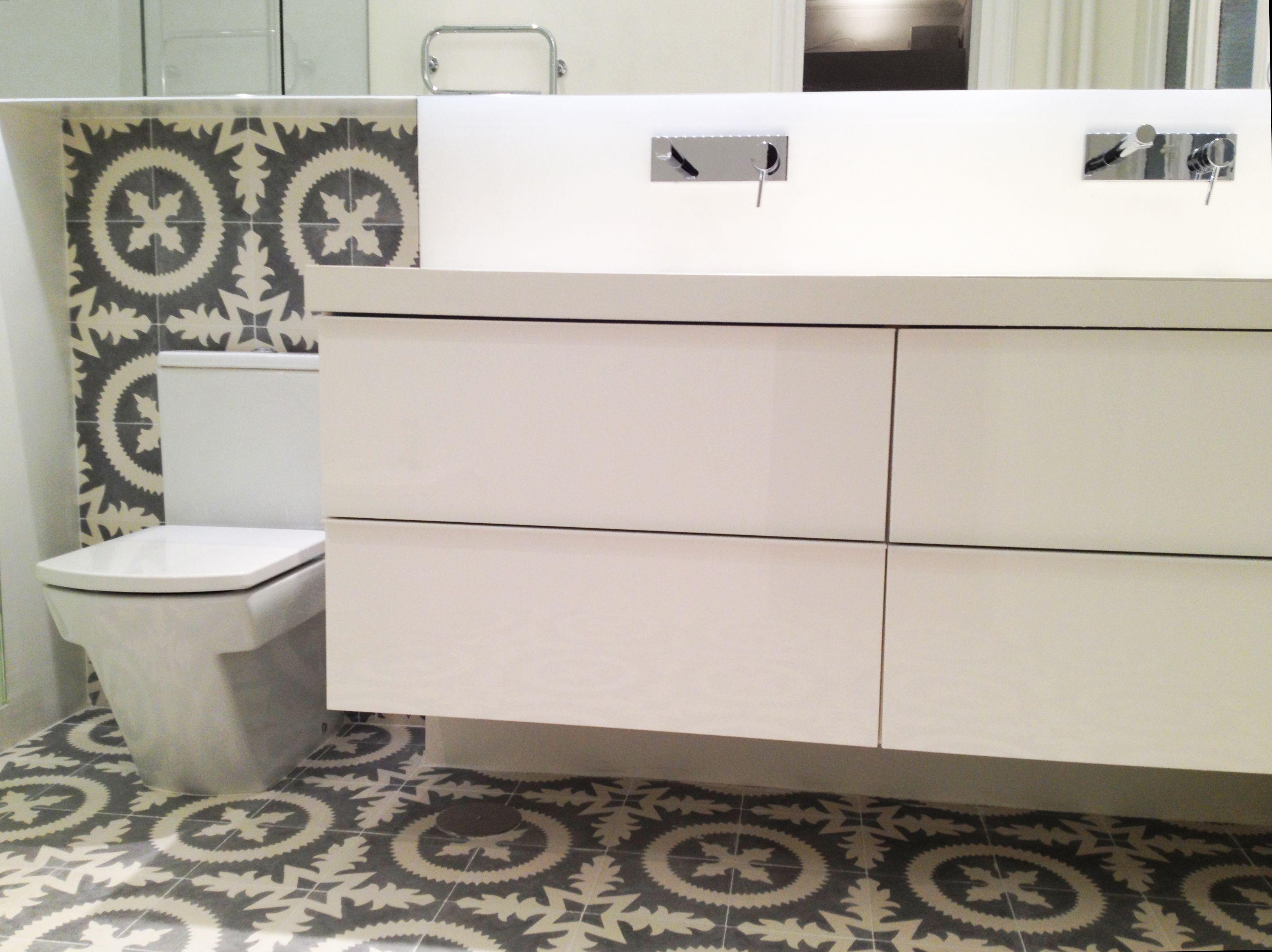 Cuartos De Baño En Microcemento:Cuarto de baño en microcemento blanco y baldosa hidráulica Diseño