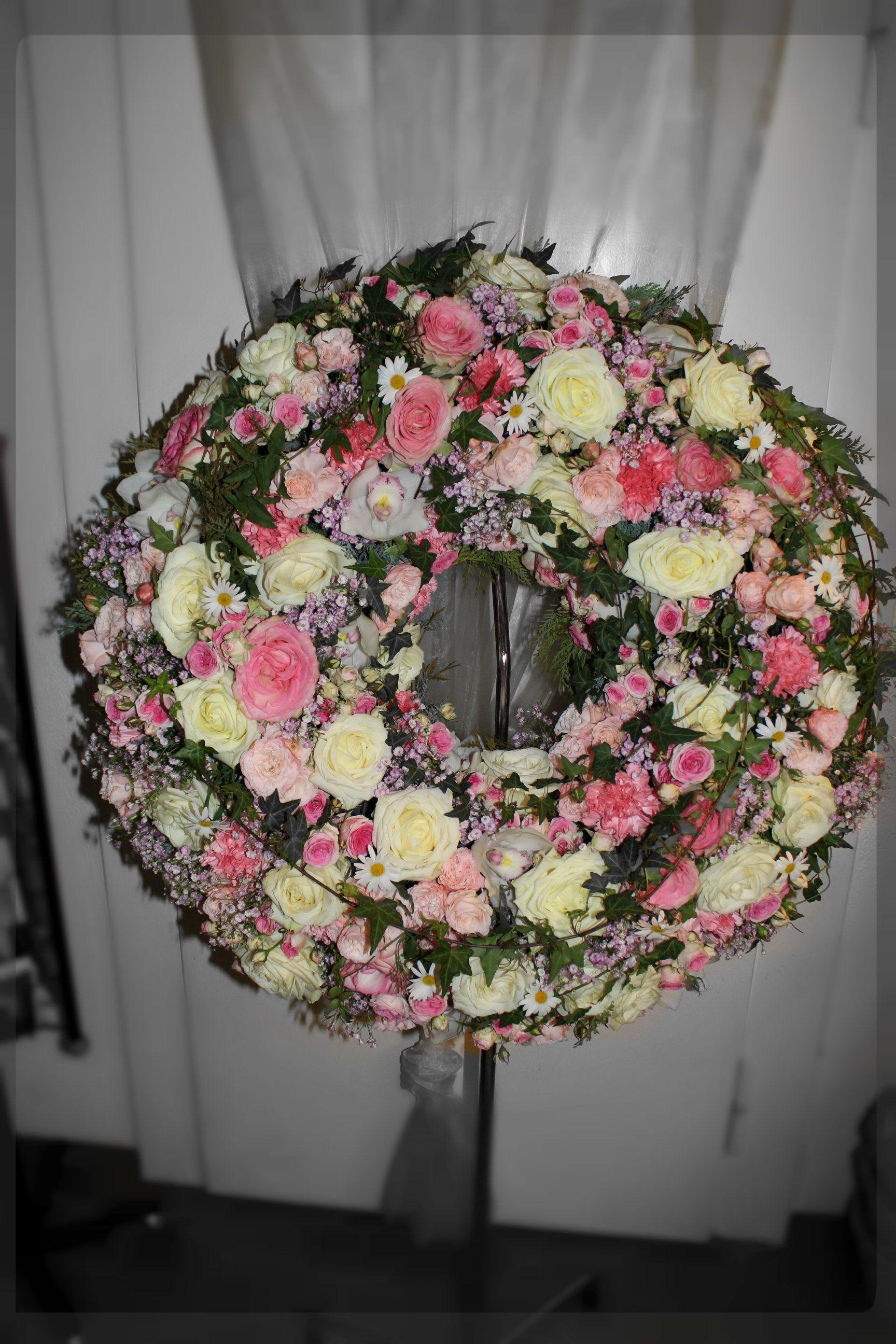 Blumenkranz in rosa weiss fr Beerdigung  Blumige Trauerkrnz  Pinterest  Blumen Blumenkranz