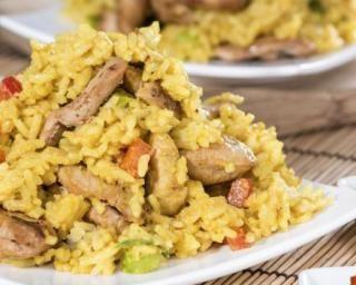 Riz de konjac sauté au poulet, poivrons et piment doux