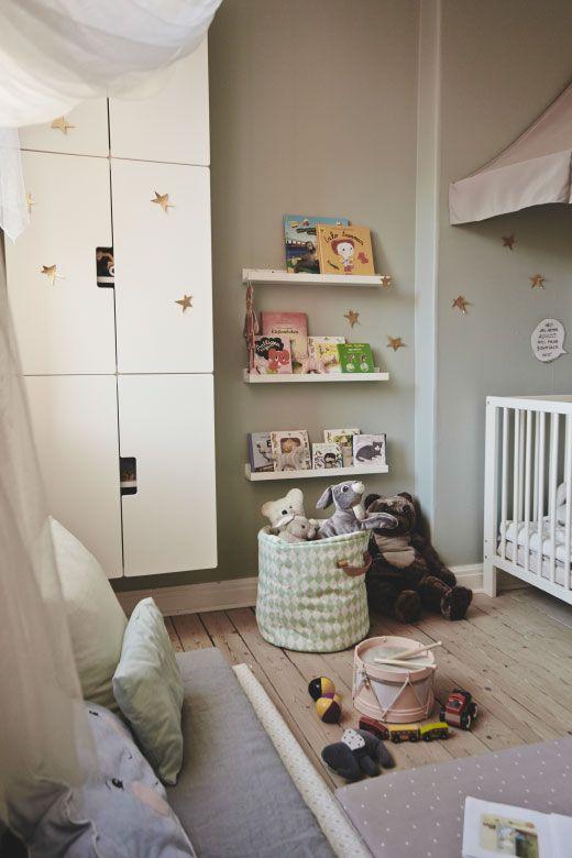 mit einem b cherregal stuva wandschrank mit t ren in wei. Black Bedroom Furniture Sets. Home Design Ideas