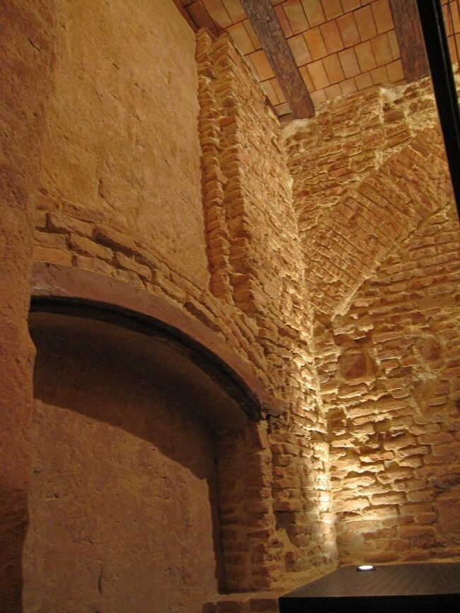 Tematización de piedra y ladrillo con paredes efecto envejecido en cafetería y restaurantes