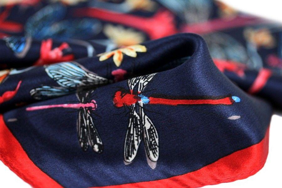 Le foulard carré en soie bleu marine et rouge tellement chic et si douce à  porter contre son cou. Ce d52469bb74d
