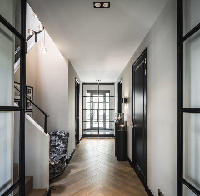 Hal met houten visgraat vloer | hal inrichting | interieur ...