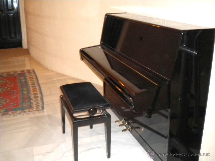 Piano de pared Rosler con 3 pedales y banco