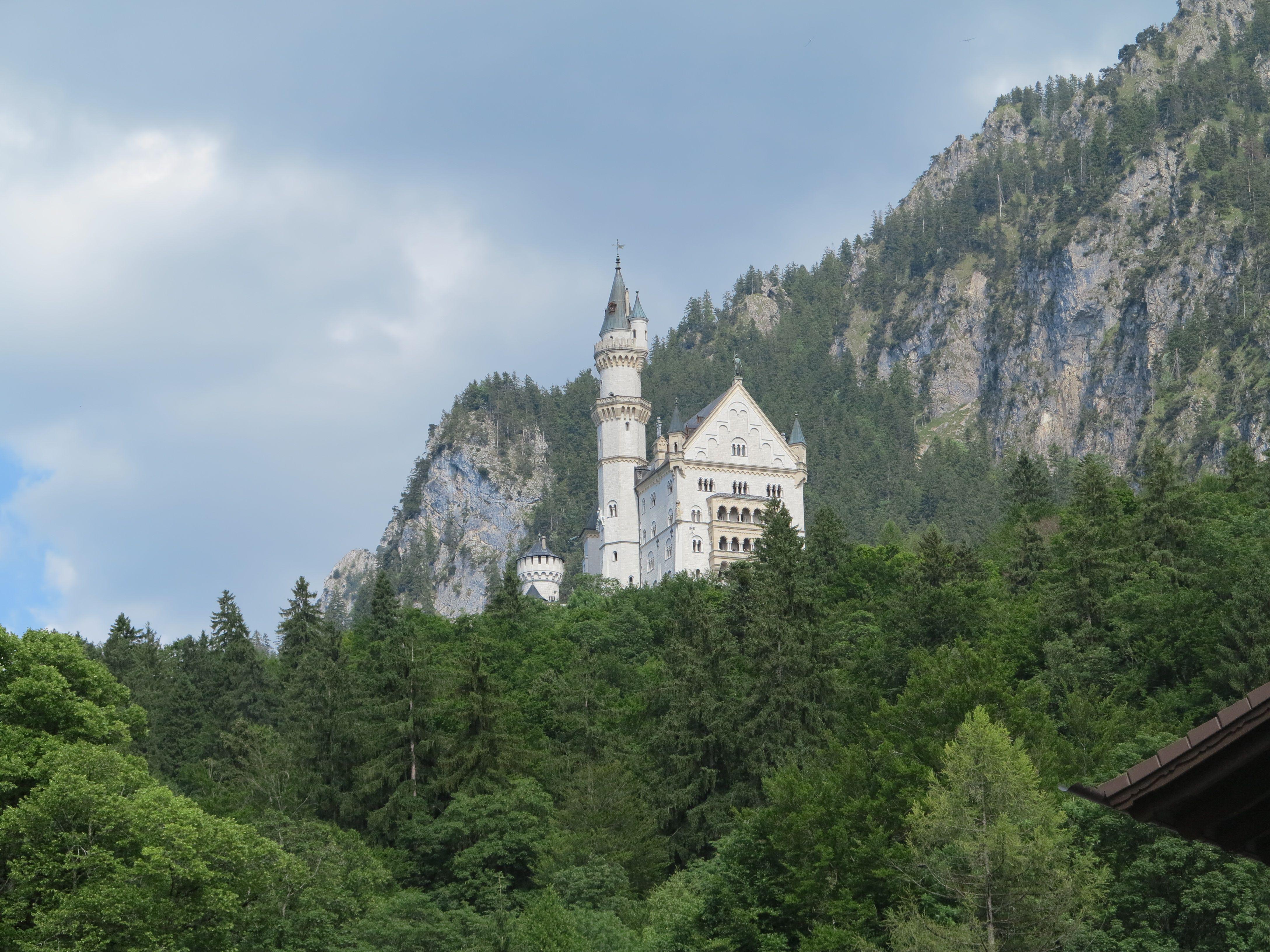 Schloss Neuschwanstein In Wunderschoner Weisser Pracht Hoch Oben Auf Dem Hugel Fur Eine Lange Touristenschlange Neuschwanstein Wunderschon Pracht