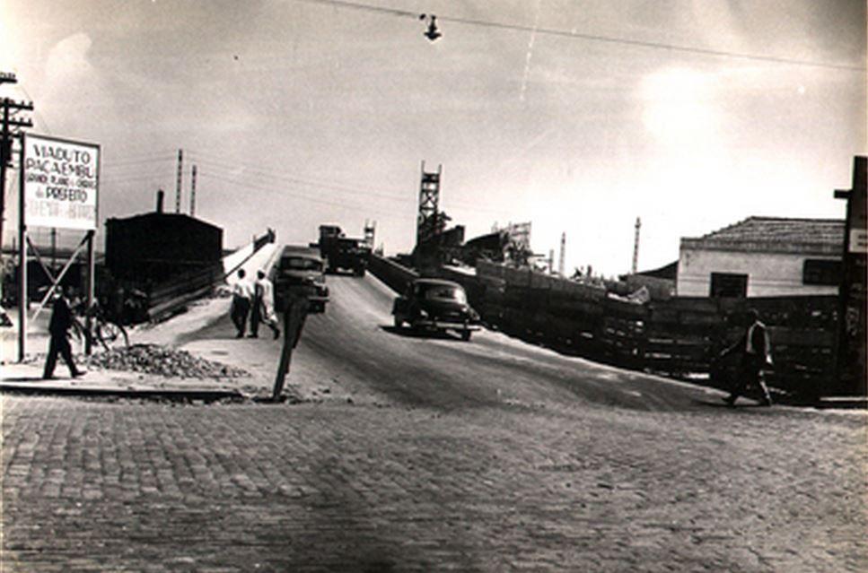 04-12-1958 - Viaduto Pacaembú. Construção do viaduto sobre a linha férrea da Fepasa (atual CPTM), para ligação entre a avenida Pacaembú e a avenida Dr. Abraão Ribeiro. Vista da pista concluída.