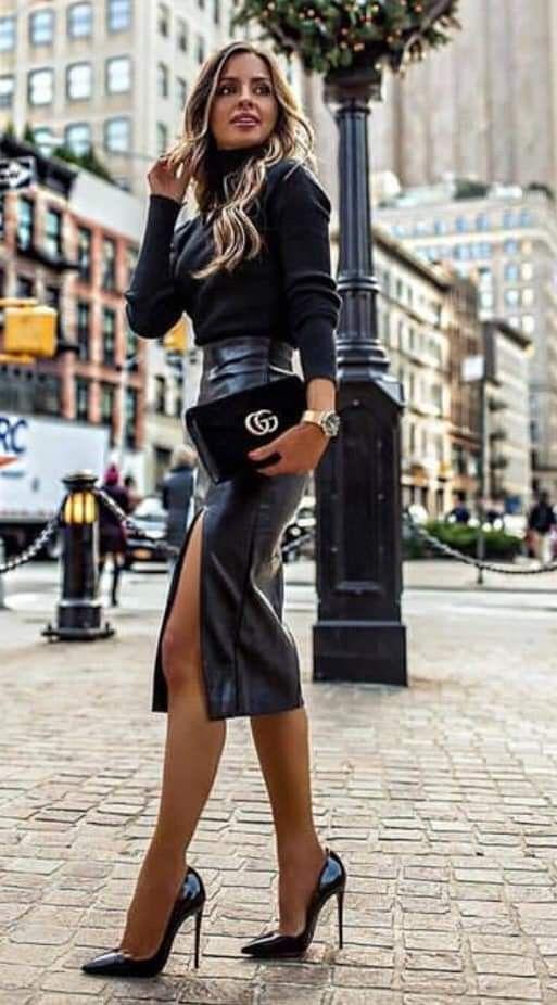 Hoher geschlitzter schwarzer Leder-Midirock und knackige Stilettos sorgen für einen tollen Street-Style … #trendystreetstyle
