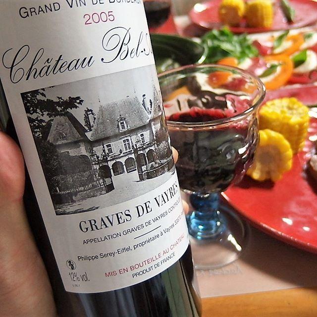当たり年と言われる2005年の #ボルドー 。実際外れも多いけどこれは当りの部類でしょう。程よくカドがとれてて全てがまろやかですね。少し物足りない気もするけどバランスはとれてます。価格は千円台なので十分です。熊本の赤牛は味が濃くて美味しいですねー(^^) #ワイン #フランス #晩ご飯 #家飲み #肉 #器 #カプレーゼ