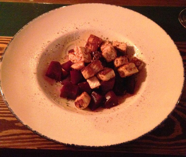 Салат мз жаренного адыгейского сыра со свеклой в вине и мёде из меню Просто вино