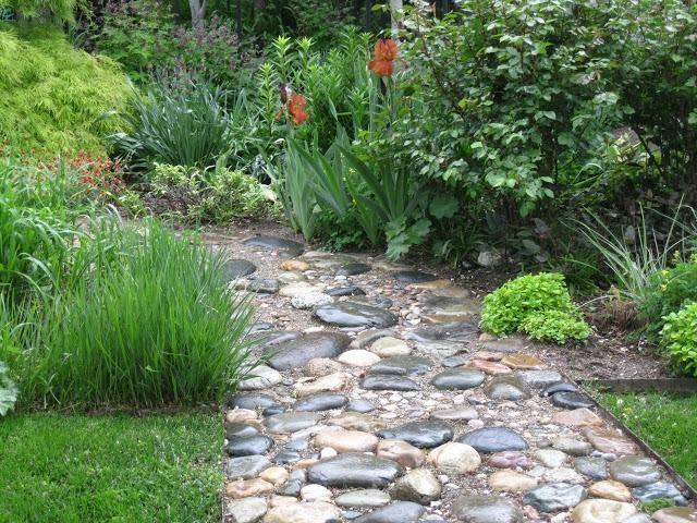Flusssteine Gartenweg anlegen Rasen Stauden Green Things - gartenwege aus holz anlegen