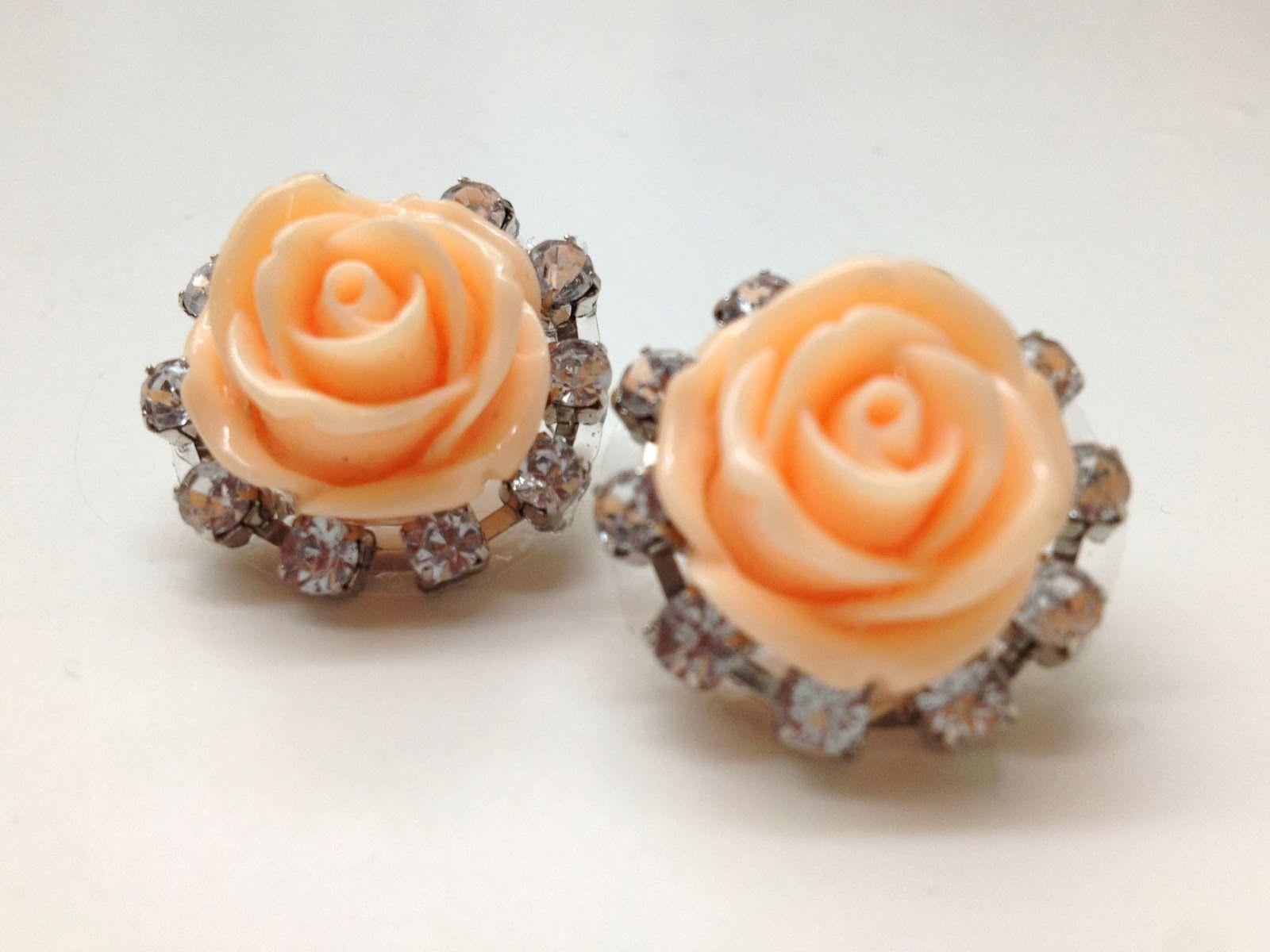 Lila & Sirena Betsey Johnson Inspired Earrings  http://lilasirena.blogspot.mx/2014/01/diy-rose-and-crystal-stud-earrings.html