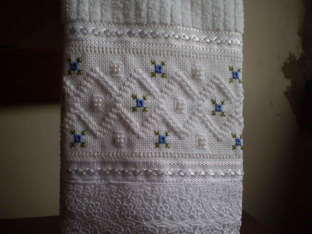 Marca; karsten,100% algodão  Medida:33x50  Cor branca(canelada)  Trabalho:Ponto reto e crivo, bainha aberta e pérola.  Obordado pode ser feito na cor que o cliente desejar.  Cores de toalhas. branca e creme.
