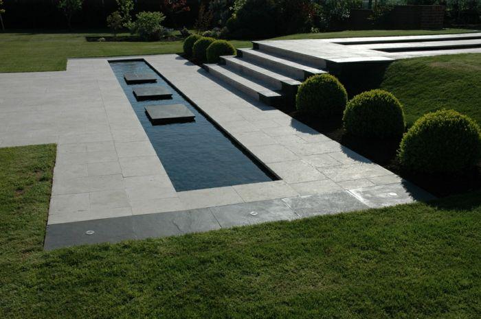 ein Wasserspiegel mit drei Fliesen in der Mitte, englischer Rasen - gartengestaltung beispiele und bilder