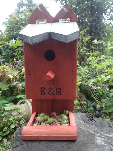 Vogelhuisje met voederplateau. Zweeds rood