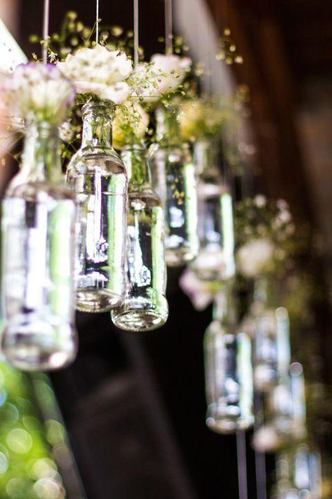 Reaproveitar é tudo de bom! Ajuda a economizar e ainda inspira os noivinhos a usarem a criatividade. Vem cá ver quantas opções lindas de arranjos com garrafas!