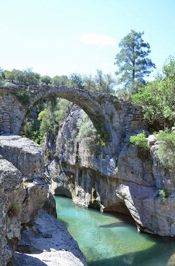 Google+El viejo puente sobre un río en las montañas de Tauro  Anatolia, Turquía