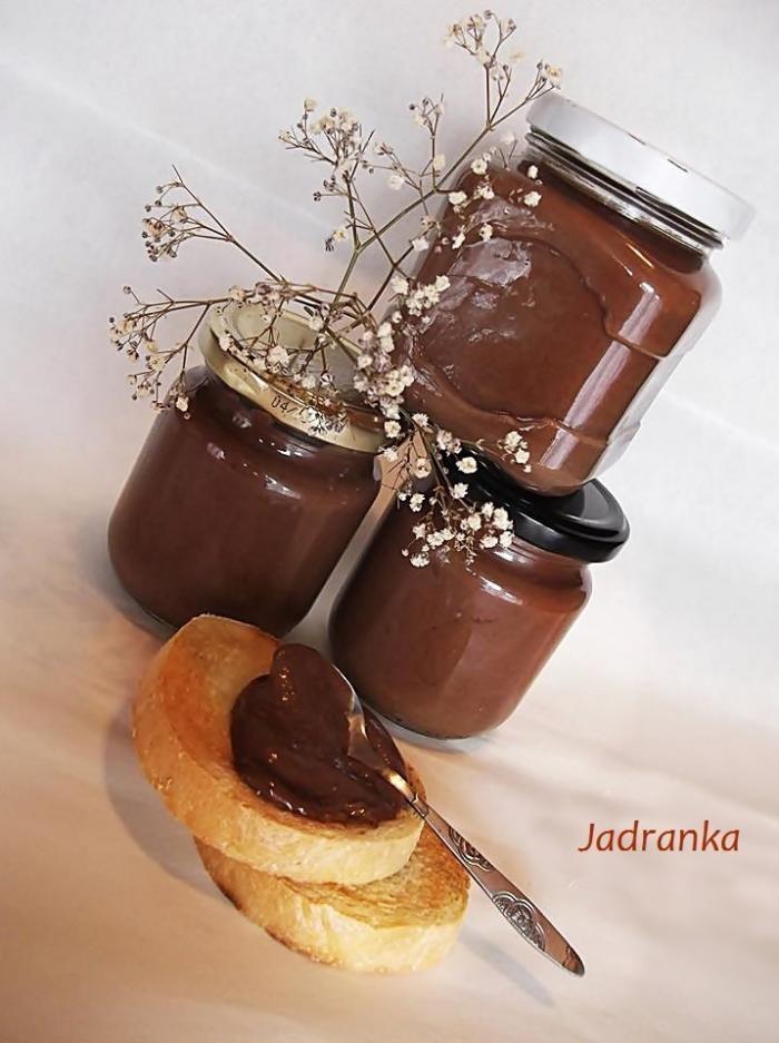 Recept za Domaću nutelu. Za spremanje poslastice neophodno je pripremiti mleko, lešnik, brašno, kakao, jaja, maslac.