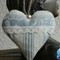 Coussin de porte - coeur à suspendre fait main - toile à matelas - dentelle ancienne - lin . Confectionné par Cannelle fil et tissu