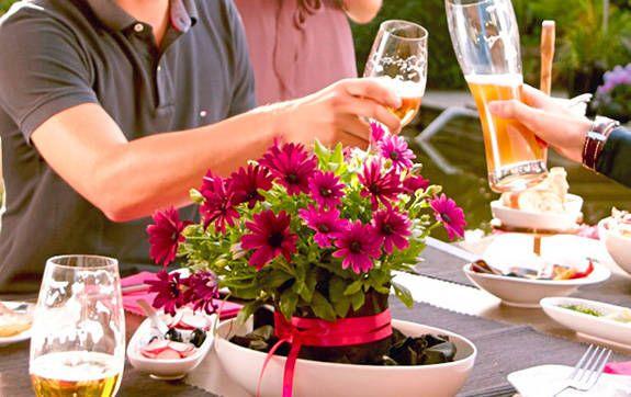 Aus der aktuellen ausgabe bl hende tischdeko f r die grillparty blooms tischdeko - Tischdeko grillparty ...