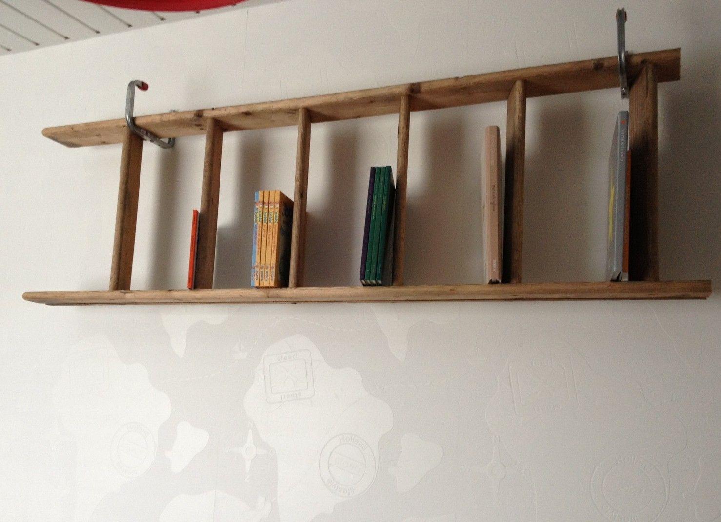 Stoere boekenplank op mijn zoontjes kamer gemaakt van een oude