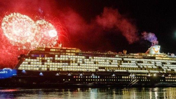 """Nach der Taufe wurde die """"Mein Schiff 5"""" mit einem Feuerwerk gefeiert."""