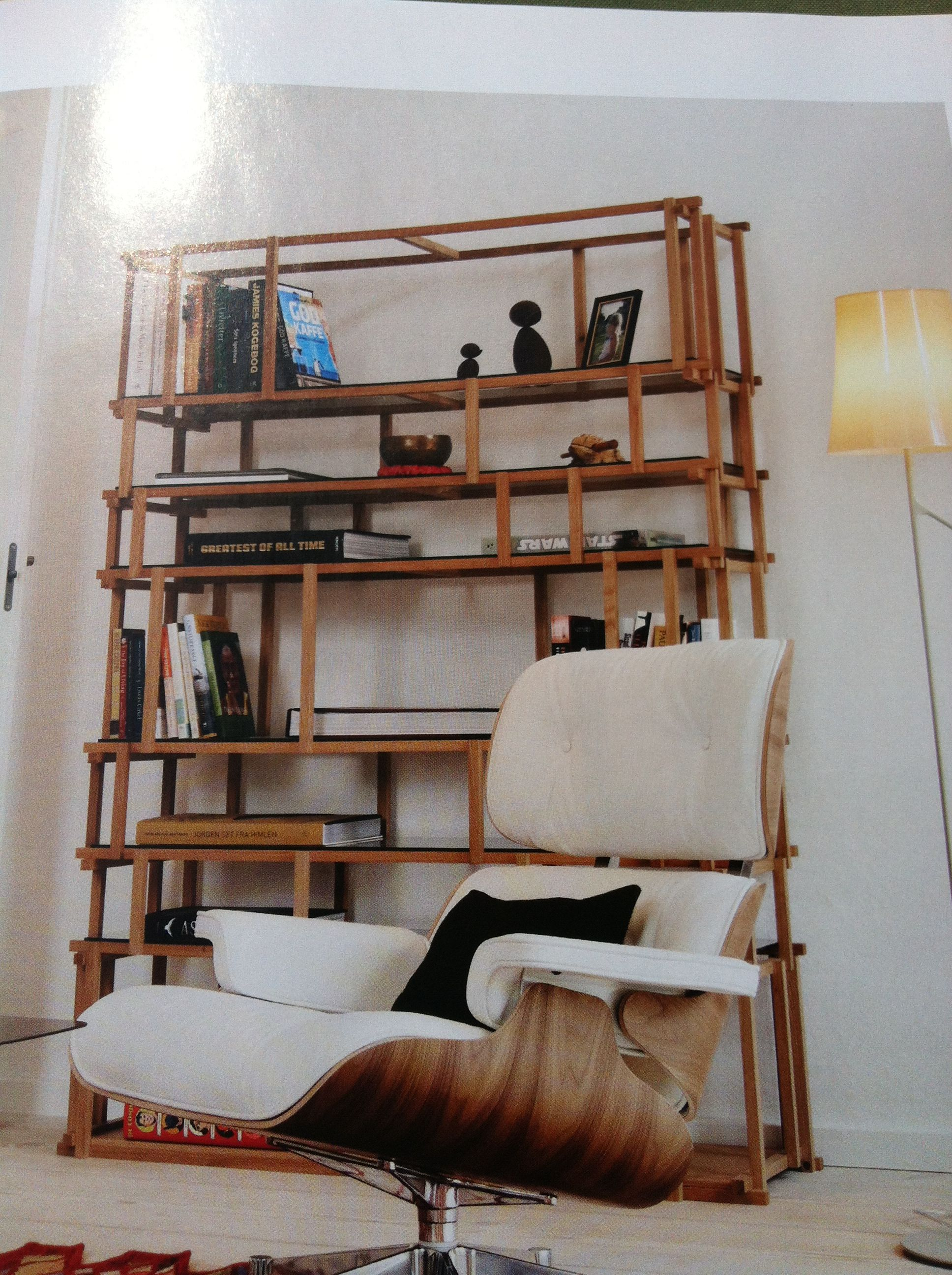Eames Loungchair i skinn og valnøtt og bokhylle  fra Living Divani med glasshyller og eik som heter Cut Off