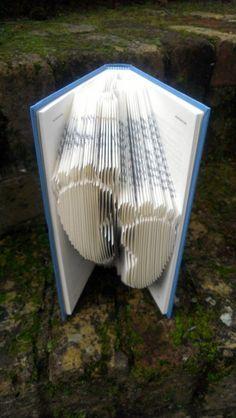 pliage de livre, empreintes de piedsd dans un livre