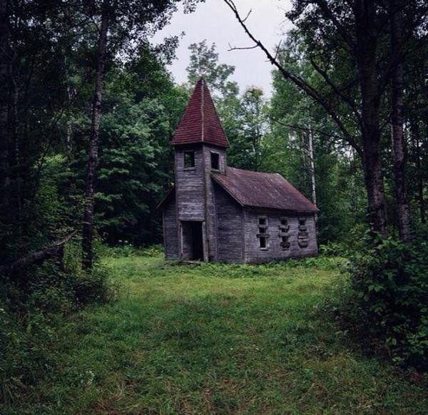 Abandoned church in Michigan pic.twitter.com/7ragMEuOv4 via Abandoned Pics