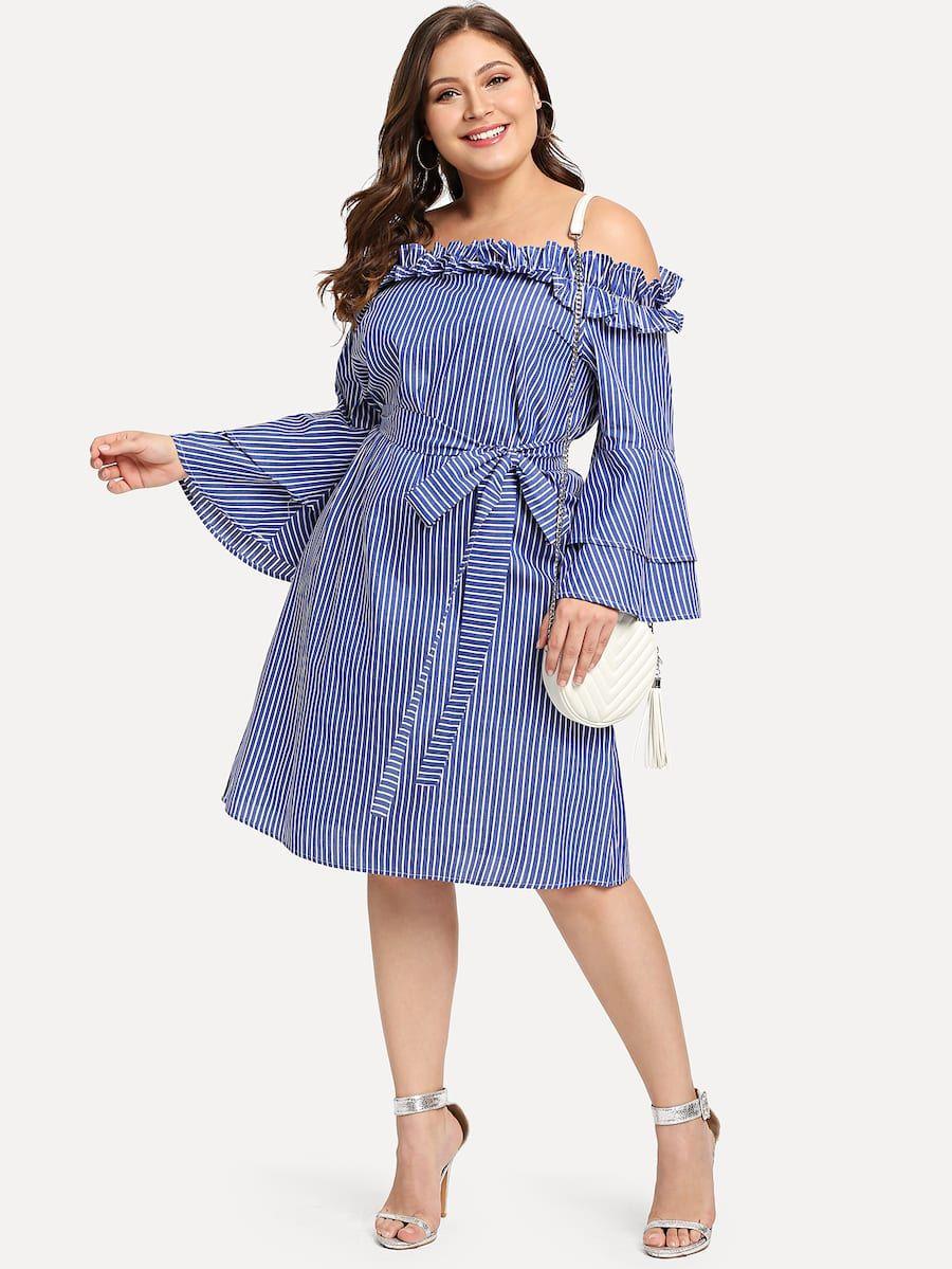 12.- Kleid mit mehrlagigen Trompetenhülsen, Gürtel und ...