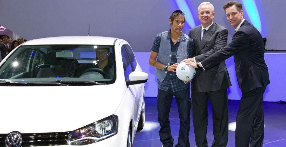 Neymar, Martin Winterkorn CEO da Volkswagen e Thomas Schmall, presidente da montadora no Brasil, durante exposição no Salão do Auto movel segurando uma bola produzida pela Saturno Brindes.