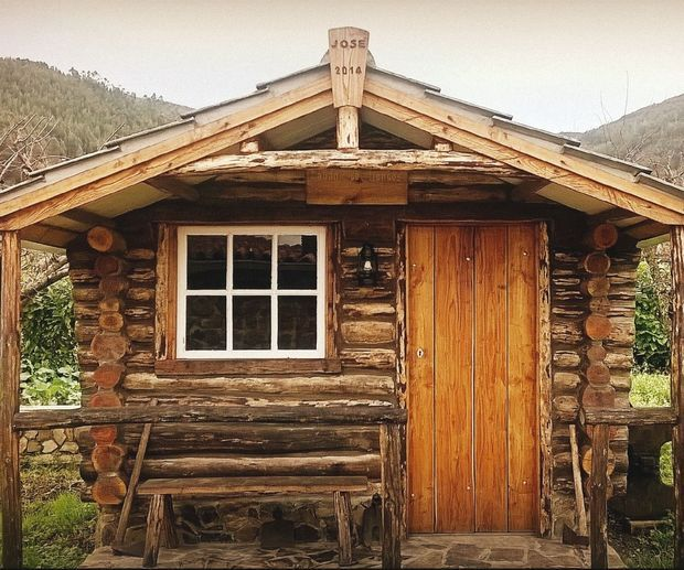 Step By Step Construction Of A Log Cabin Small Log Cabin How To Build A Log Cabin Diy Cabin
